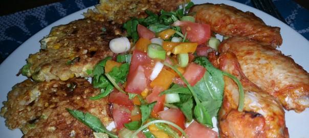 Aziatische rijstkoeken met kipkluifjes en tomatensalade